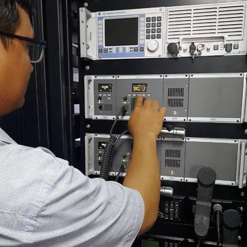 Instalasi Radio Jotron UHF TR7750 UWB di KRI Teluk Youtefa 522