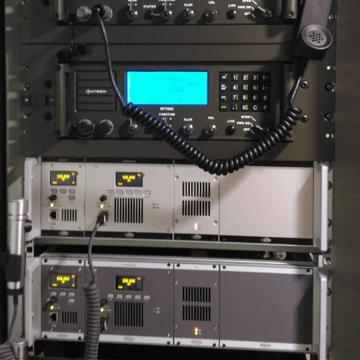 Instalasi Radio Datron HF RT7000, Radio Jotron UHV TR7750 UWB dan Radio Jotron VHF TR7750 di KRI Gulamah 869