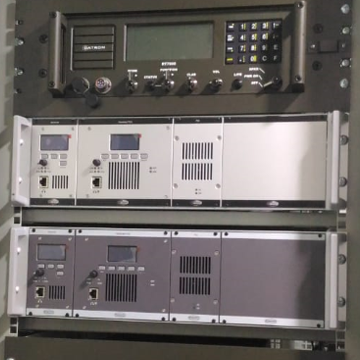 Instalasi Radio Datron HF RT7000, Radio Jotron UHV TR7750 UWB dan Radio Jotron VHF TR7750 di KRI Bubara 868